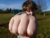 trampolin test - Agressives Kind droht mit geballter Faust